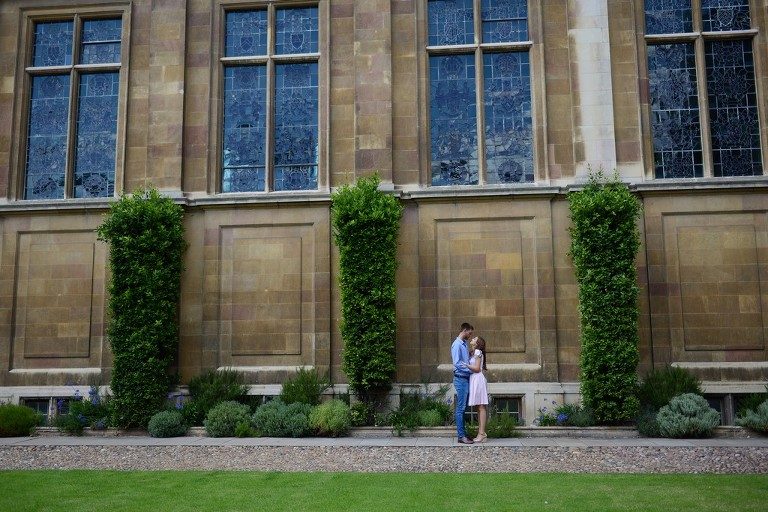 couple photography in from of historic Cambridge building